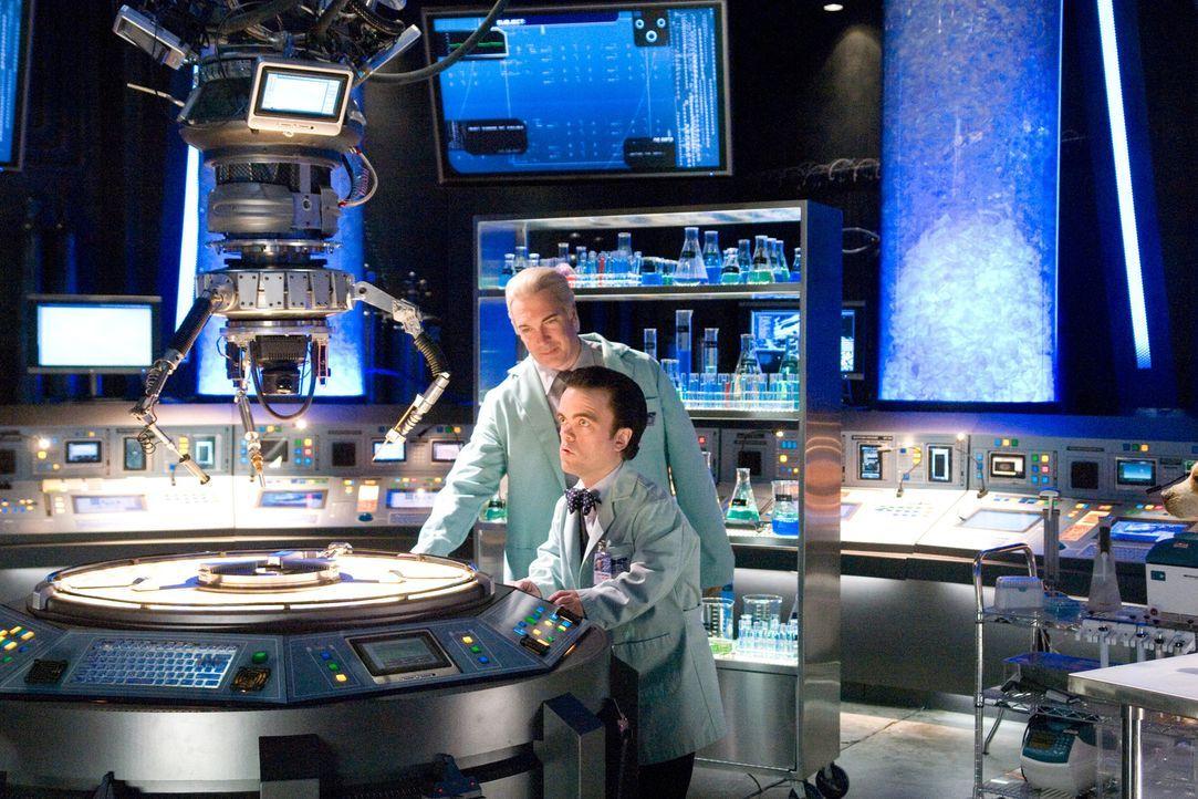 In dem chaotischen Labor von Cad (Patrick Warburton, l.) und Dr. Simon Barsinister (Peter Dinklage, r.) laufen Underdog alle möglichen Tinkturen ü... - Bildquelle: Walt Disney Pictures.  All rights reserved