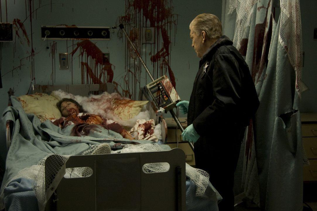 Sheriff Jim Burke (Tom Atkins, r.) muss sich mit einem Spitzhacke schwingenden Psychopathen herumplagen, der seine Opfer gerne ausweidet - um dann d... - Bildquelle: 2009 Lions Gate Films Inc. All Rights Reserved