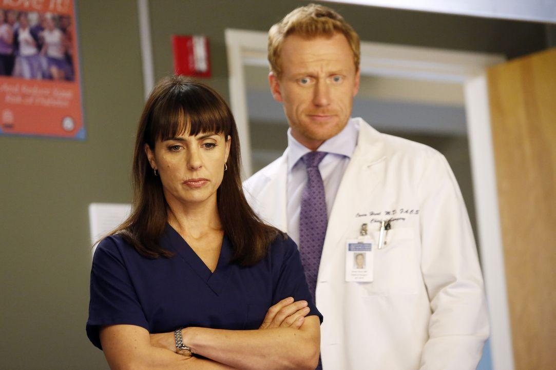Während Meredith ihre Schwangerschaft offiziell gemacht hat, zieht Owen (Kevin McKidd, r.) Dr. Alana Cahill (Constance Zimmer, l.), zur Rate. Sie s... - Bildquelle: ABC Studios