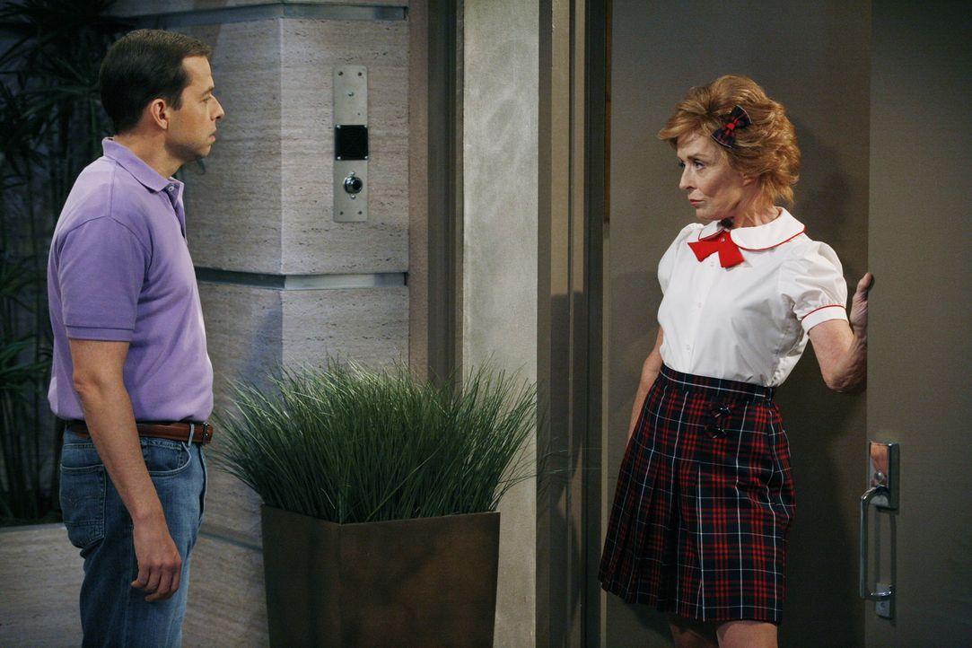 Alan (Jon Cryer, l.) ist geschockt als ihm seine Mutter Evelyn (Holland Taylor) die Tür in einer Schulmädchenuniform bekleidet öffnet ... - Bildquelle: Warner Brothers Entertainment Inc.