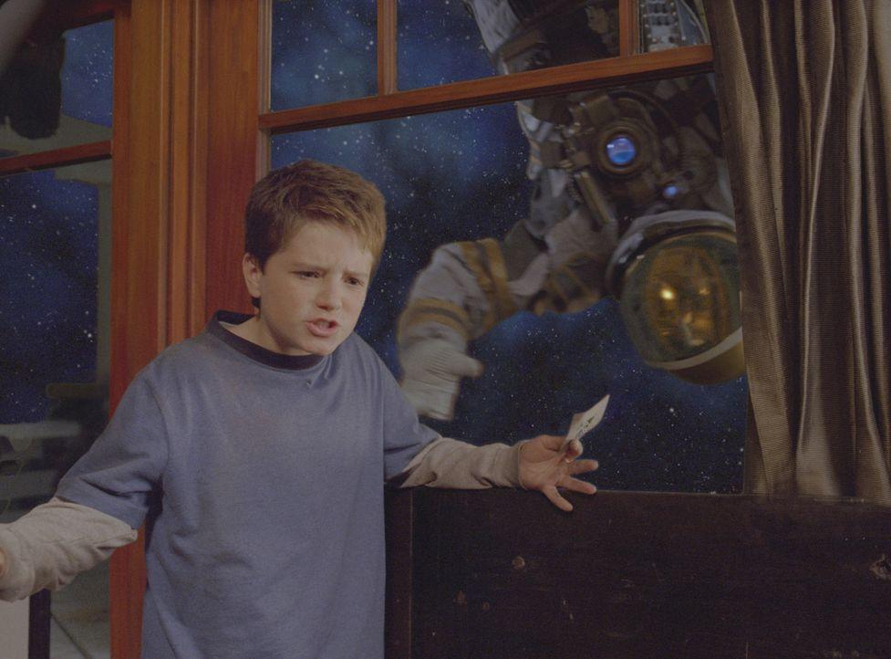 Walter (Josh Hutcherson, l.) traut seinen Augen nicht: Plötzlich befindet sich das ganze Haus im Weltall und dort trifft er auch noch auf einen ver... - Bildquelle: Sony Pictures Television International. All Rights Reserved.