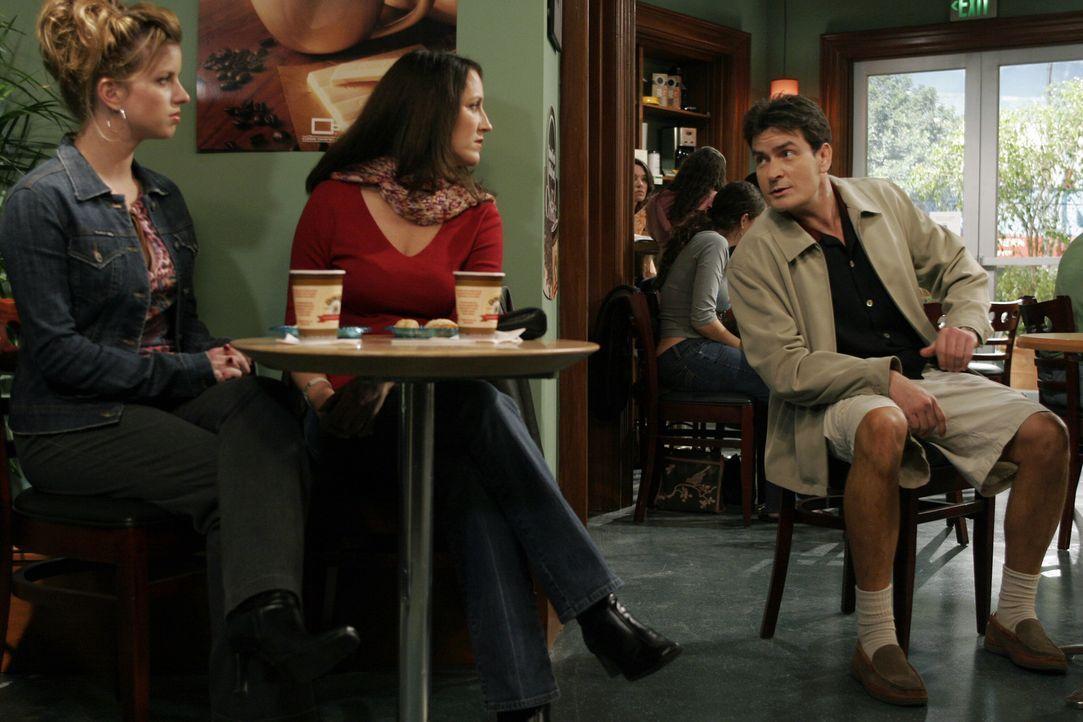 Während sich Alan mit Sherri unterhält, versucht Charlie (Charlie Sheen, r.) woanders zu punkten ... - Bildquelle: Warner Bros. Television