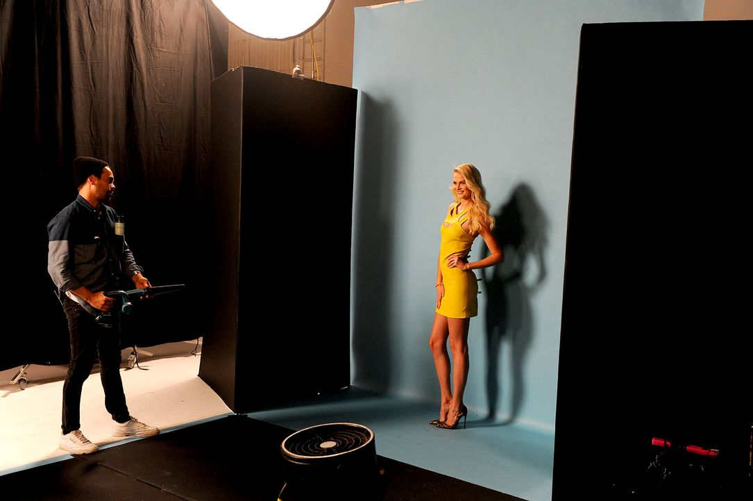 GNTM-Stf10-Epi14-Cosmo-Cover-Shooting-094-Darya-ProSieben-Micah-Smith - Bildquelle: ProSieben/ Micah Smith