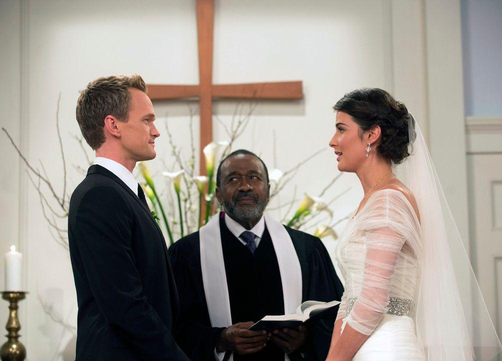 Letztendlich finden Robin (Cobie Smulders, r.) und Barney (Neil Patrick Harris, l.) doch noch den Weg zum Traualtar und geben sich vor ihren Freunde... - Bildquelle: 2014 Twentieth Century Fox Film Corporation. All rights reserved.