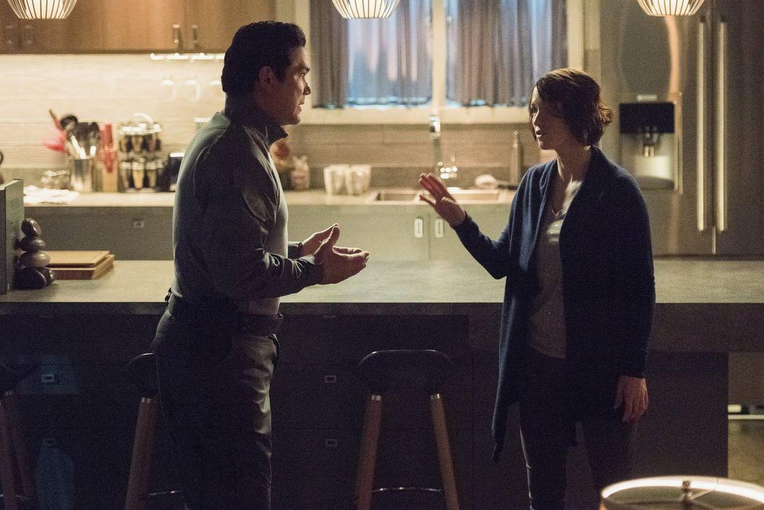 Als Alex (Chyler Leigh, r.) plötzlich von ihrem Vater Jeremiah (Dean Cain, l.) überrascht wird, stellt er sie vor ein Ultimatum. Noch bevor sich Ale... - Bildquelle: 2016 Warner Brothers