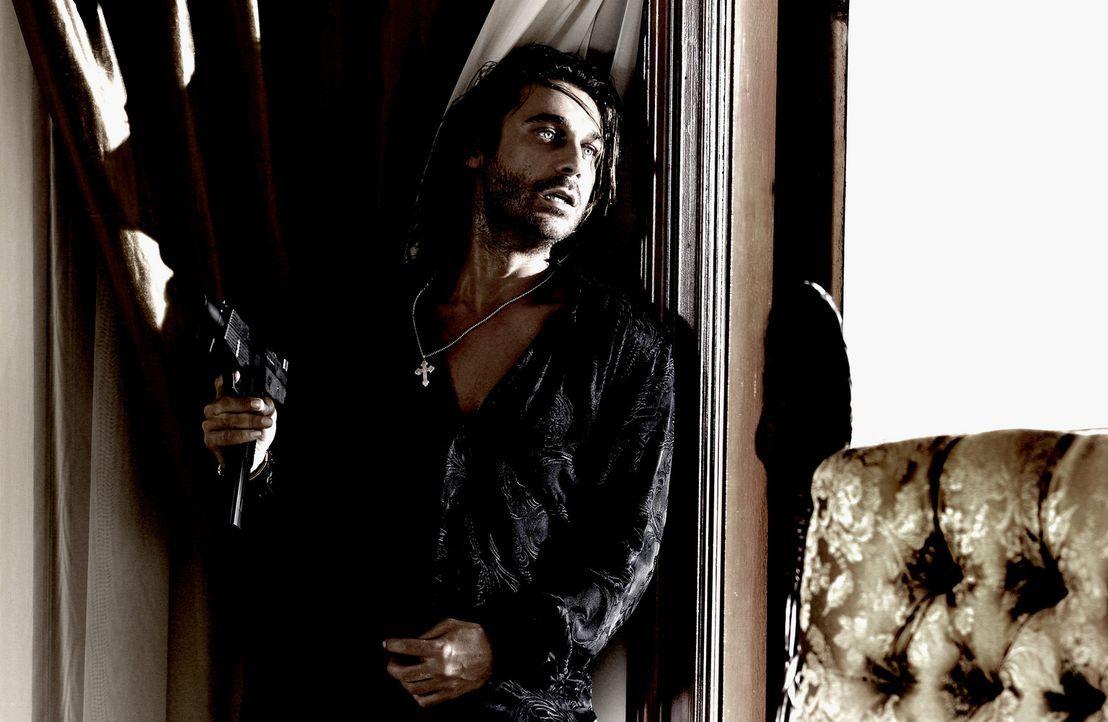 Als der Drogenbaron Tapia (Jordi Molla) die liebenswerte Sydney entführt, ahnt er nicht, dass diese zwei ganz starke Beschützer hat: Marcus Burnet... - Bildquelle: 2004 Sony Pictures Television International. All Rights reserved.