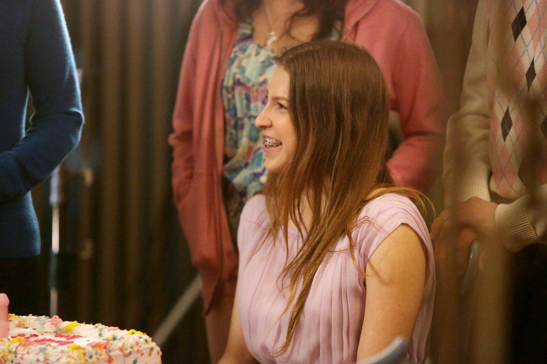 Sue (Eden Sher) ist schon ganz aufgeregt, weil ihr 16. Geburtstag bevorsteht. Doch zuerst müssen sie, Axl und Brick die Bestrafung ihrer Eltern über... - Bildquelle: Warner Brothers