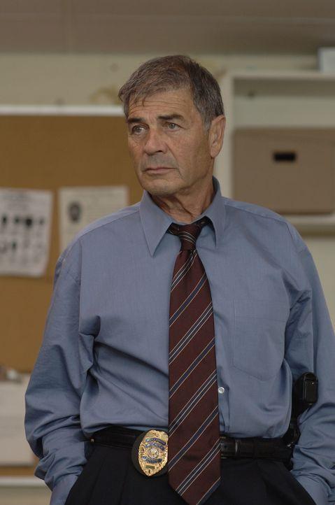 Detective Jason Magida (Robert Forster) muss den kaltblütigen Serienkiller Dennis Rader aus der Reserve locken, um ihn für diverse Verbrechen zur... - Bildquelle: 2005 Sony Pictures Television Inc. All Rights Reserved.