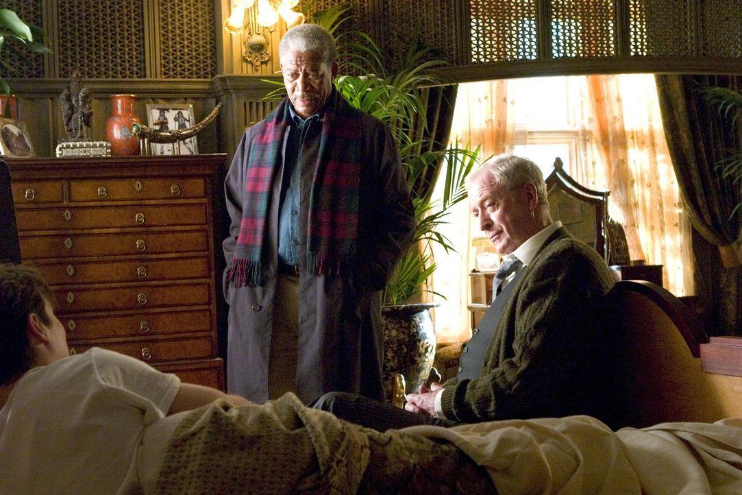 Nehmen gemeinsam den Kampf gegen das Böse auf: Bruce Wayne (Christian Bale, l.), Butler Alfred Pennyworth (Sir Michael Caine, r.) und Lucius Fox (M... - Bildquelle: 2005 Warner Brothers