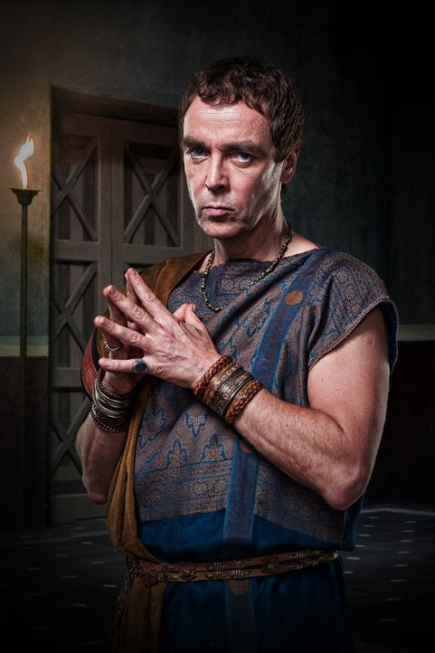 Quintus Lentulus Batiatus (John Hannah) ist Besitzer der Gladiatorenschule. Er erkennt schnell, dass Spartacus ein talentierter Kämpfer ist, aus de... - Bildquelle: 2009 Starz Entertainment, LLC