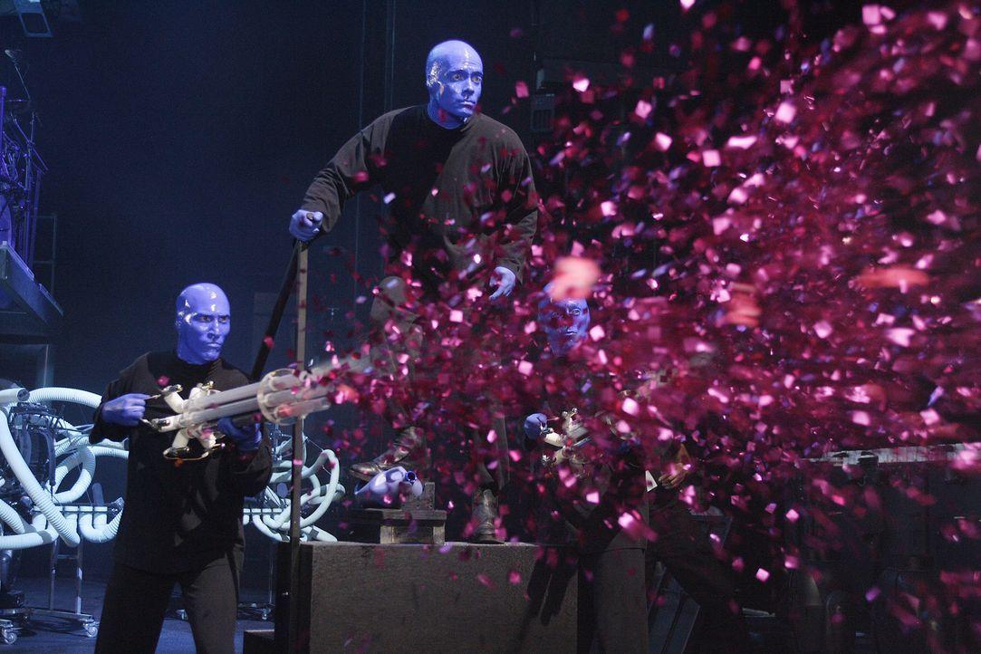 Als plötzlich J.D. bei ihnen auf der Bühne steht, ist die Blue Man Group völlig überrascht ... - Bildquelle: Touchstone Television