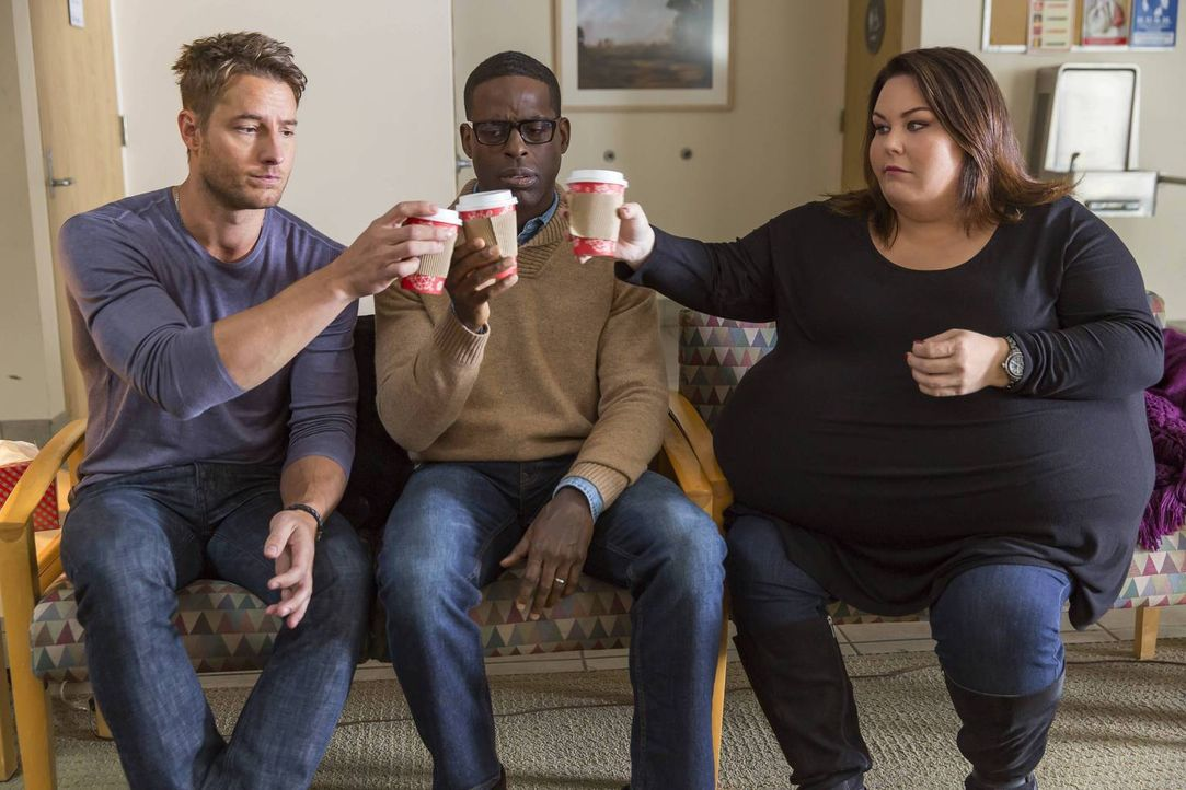 Müssen sich mit ihren ganz persönlichen Problemen auseinandersetzen: Kate (Chrissy Metz, r.), Randall (Sterling K. Brown, M.) und Kevin (Justin Hart... - Bildquelle: Ron Batzdorff 2016-2017 Twentieth Century Fox Film Corporation.  All rights reserved.   2017 NBCUniversal Media, LLC.  All rights reserved.