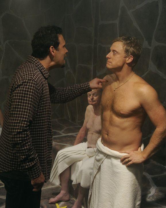 George (Jeremy Sisto, l.) entscheidet sich endlich, dem Country Club beizutreten, doch Noah (Alan Tudyk, r.) scheint zu versuchen, seine Aufnahme zu... - Bildquelle: Warner Bros. Television