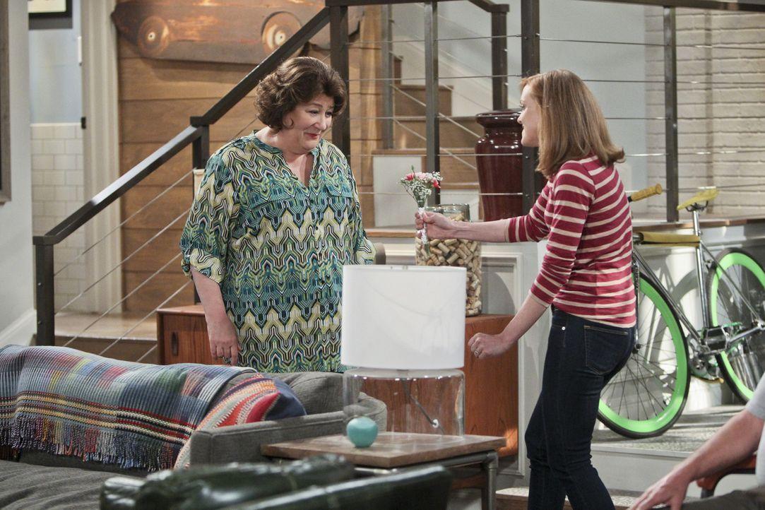 Während Nathan den Muttertag vergessen hat, kann sich Carol (Margo Martindale, l.) auf Debbie (Jayma Mays, r.) verlassen ... - Bildquelle: 2013 CBS Broadcasting, Inc. All Rights Reserved.