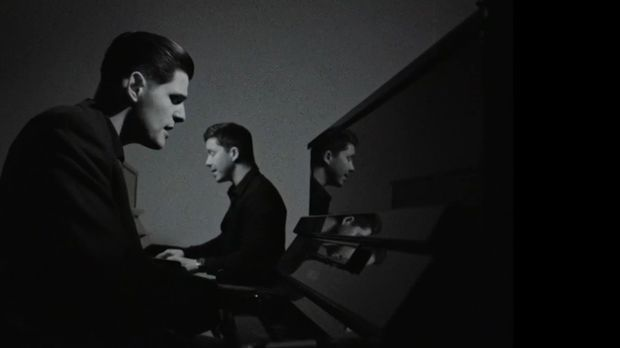 Lucas sitzt zusammen mit Nico Santos am Klavier, in seinem schwaz-weißen Musi...