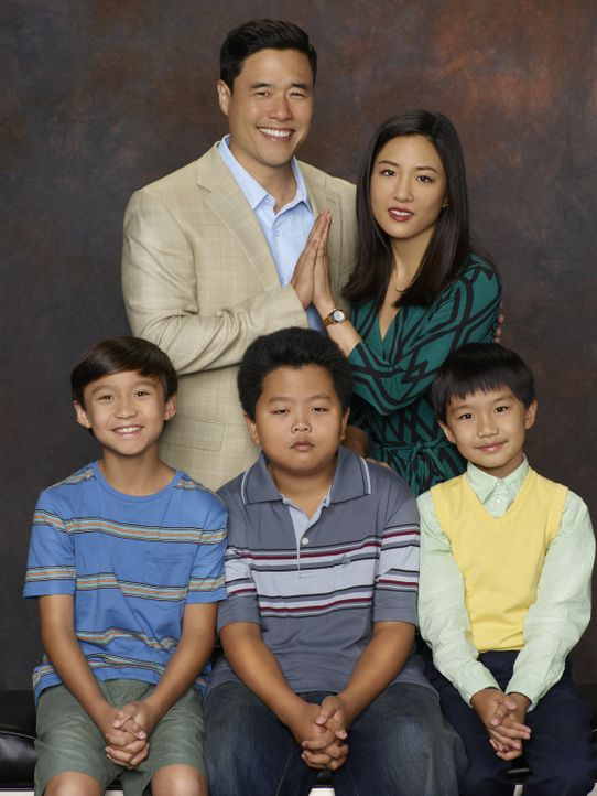 (2. Staffel) - Bei Familie Huang läuft nicht immer alles nach Plan: Louis (Randall Park, hinten l.), Jessica (Constance Wu, hinten r.), Eddie (Hudso... - Bildquelle: 2015-2016 American Broadcasting Companies. All rights reserved.