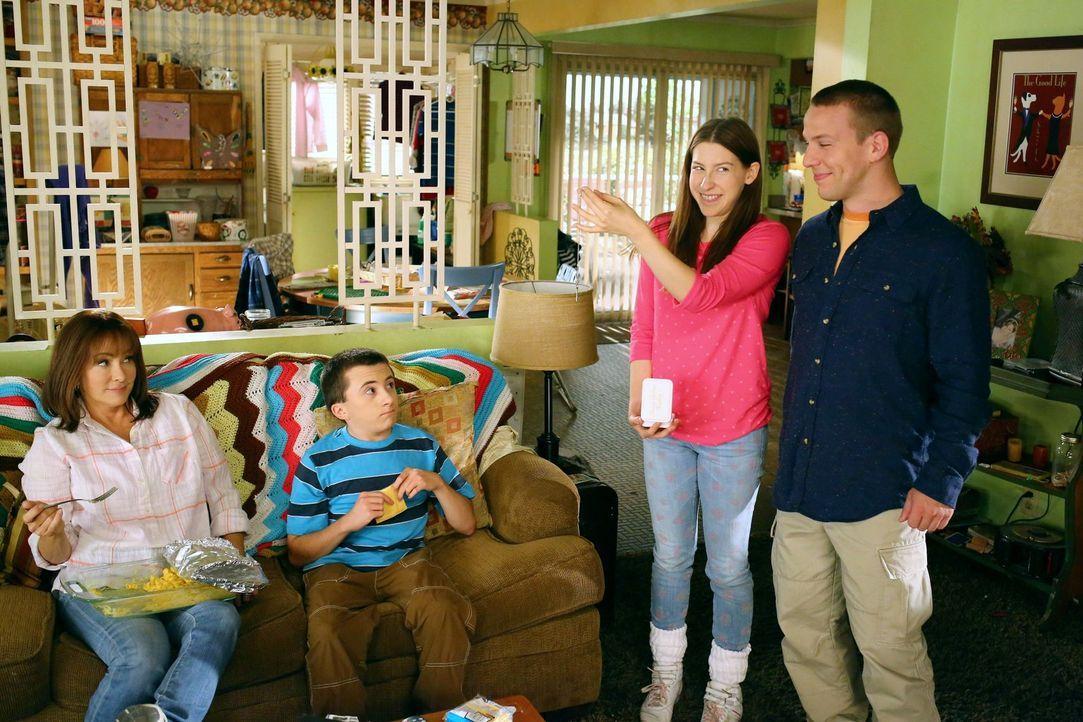 (v.l.n.r.) Frankie (Patricia Heaton); Brick (Atticus Shaffer); Sue (Eden Sher); Darrin (John Gammon) - Bildquelle: Warner Brothers