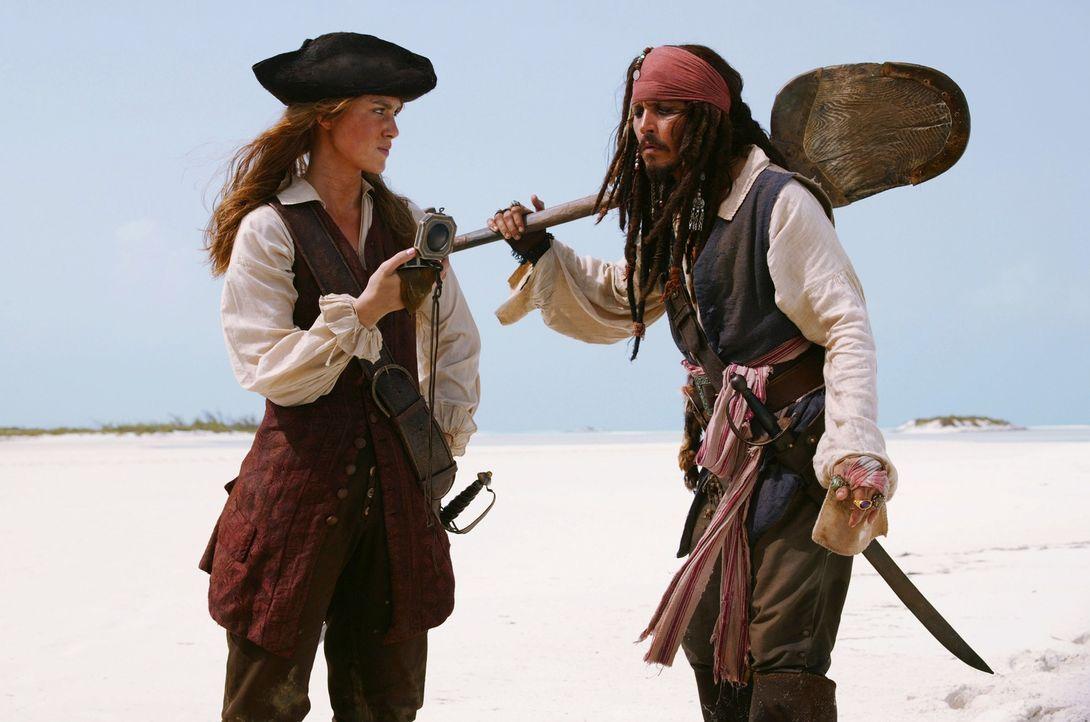 Als Elizabeth (Keira Knightley, l.) erfährt, dass Jack Sparrow (Johnny Depp, r.) ihren Freund Will ausgetrickst hat, geht sie auf Ganze ... - Bildquelle: Peter Mountain Disney Enterprises, Inc.  All rights reserved
