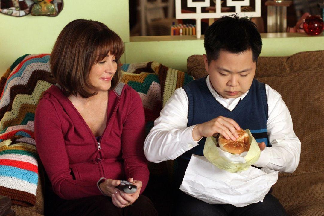 Will ihrem Austauschstudenten Takayuki (Matthew Moy, r.) die amerikanische Lebensweise näher bringen: Frankie (Patricia Heaton, l.) ... - Bildquelle: Warner Brothers