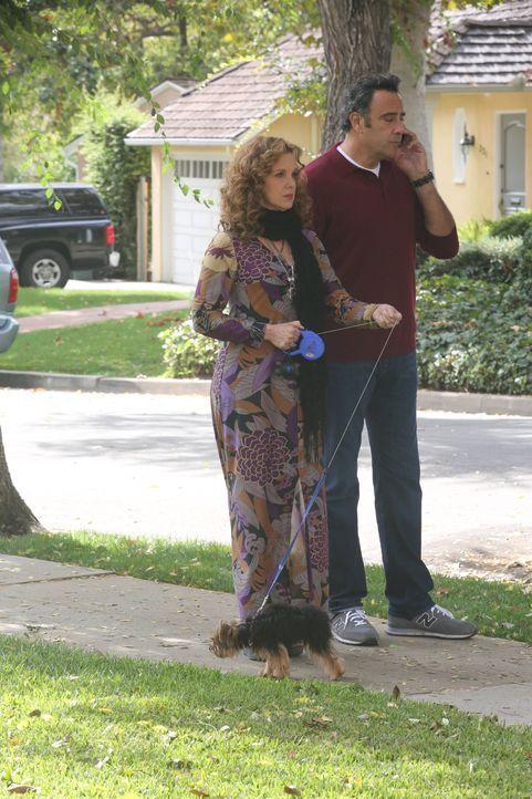 Elaine (Elizabeth Perkins, l.) entscheidet sich dazu, eine Rolle in Max' (Brad Garrett, r.) Film zu übernehmen. Ist das wirklich eine gute Idee? - Bildquelle: 2013 American Broadcasting Companies. All rights reserved.