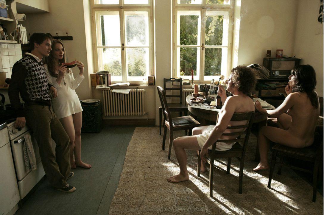 Eigentlich wollte Bennie (Tom Schilling, l.) nur Luzi (Karoline Herfurth, 2 v. l.) wiedersehen - doch macht er die Bekanntschaft mit ihren freizügi... - Bildquelle: Constantin Film