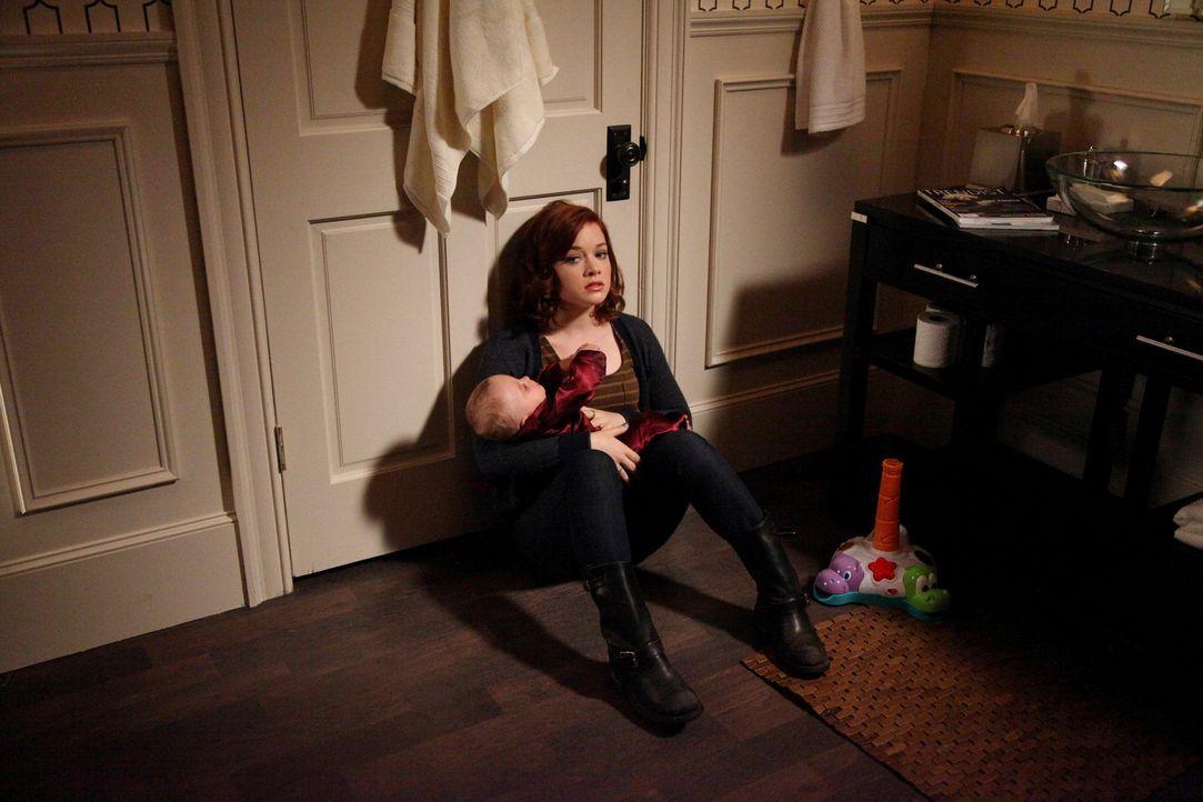 Tessa (Jane Levy) willigt ein, auf Opus aufzupassen, während Noah und Carmen in die Oper gehen. Doch war das wirklich eine gute Idee? - Bildquelle: Warner Brothers