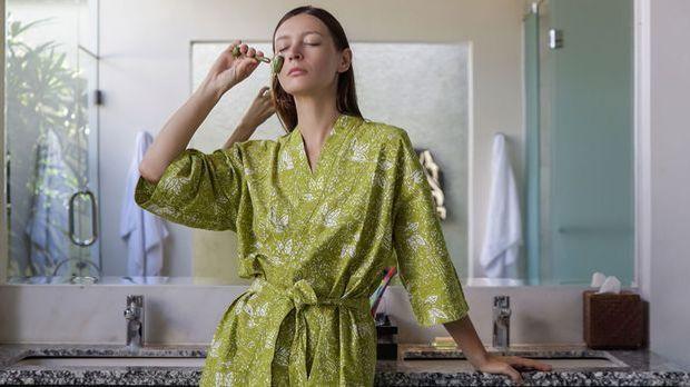 Gua Sha – die trendige Massagetechnik mit einem Stein aus Jade und Rosenquarz