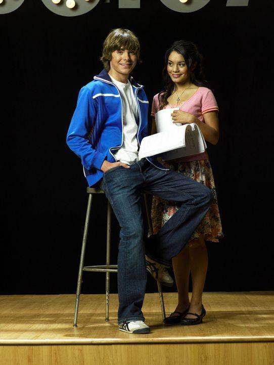 Der Basketballstar Troy (Zac Efron, l.) und Gabriella (Vanessa Anne Hudgens, r.), die den Wissenschaftsclub der Schule leitet, leben in grundverschi... - Bildquelle: The Disney Channel