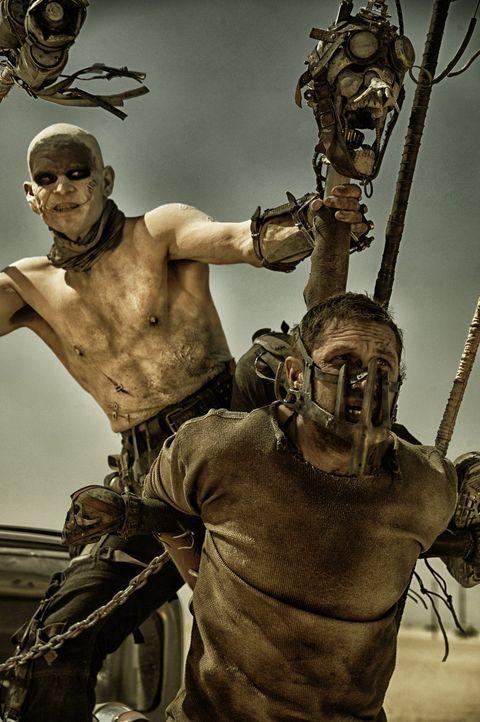 Nachdem eine Gruppe Warboys den ehemaligen Cop Max (Tom Hardy, r.) gefangengenommen haben, dient er als lebender Blutbeutel und wird in eine erbitte... - Bildquelle: 2015 Warner Bros.