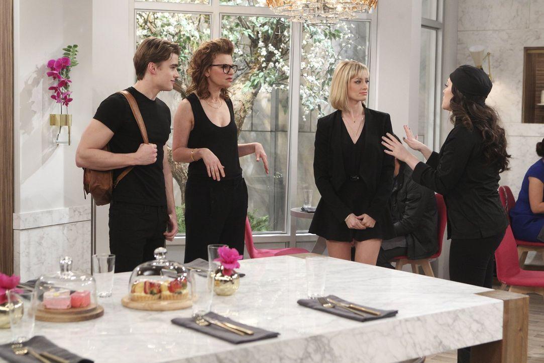 Caroline (Beth Behrs, 2.v.r.) ahnt bereits, dass Max' (Kat Dennings, r.) Annäherungsversuche Nashit (Austin Falk, l.) gegenüber bei Joedth (Sandra B... - Bildquelle: Warner Bros. Television