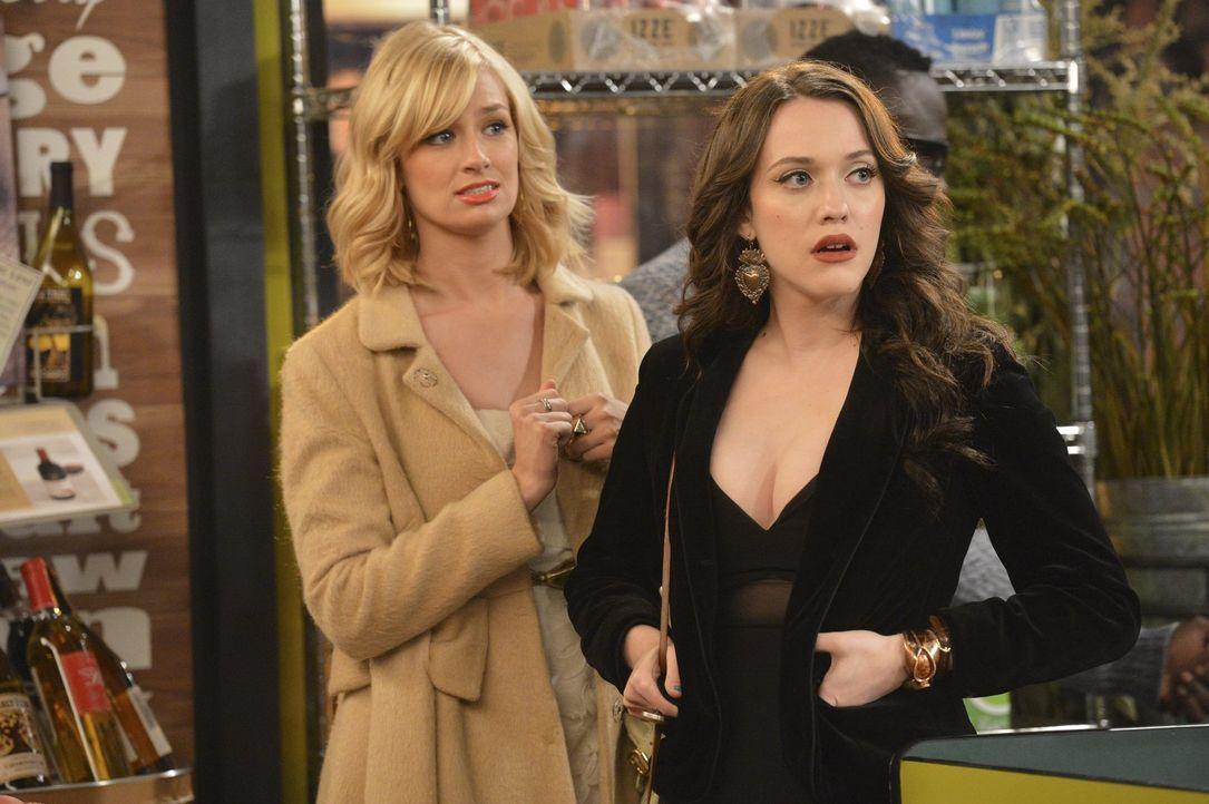 Caroline (Beth Behrs, l.) ahnt, dass die neueste Entdeckung Max (Kat Dennings, r.) vollkommen aus der Fassung bringen wird ... - Bildquelle: Warner Bros. Television