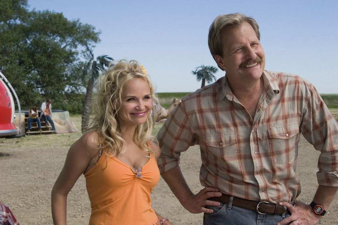 Machen ebenfalls Urlaub im Wohnmobil: Travis (Jeff Daniels, r.) und Mary (Kristin Chenoweth, l.) ... - Bildquelle: Sony Pictures Television International. All Rights Reserved.