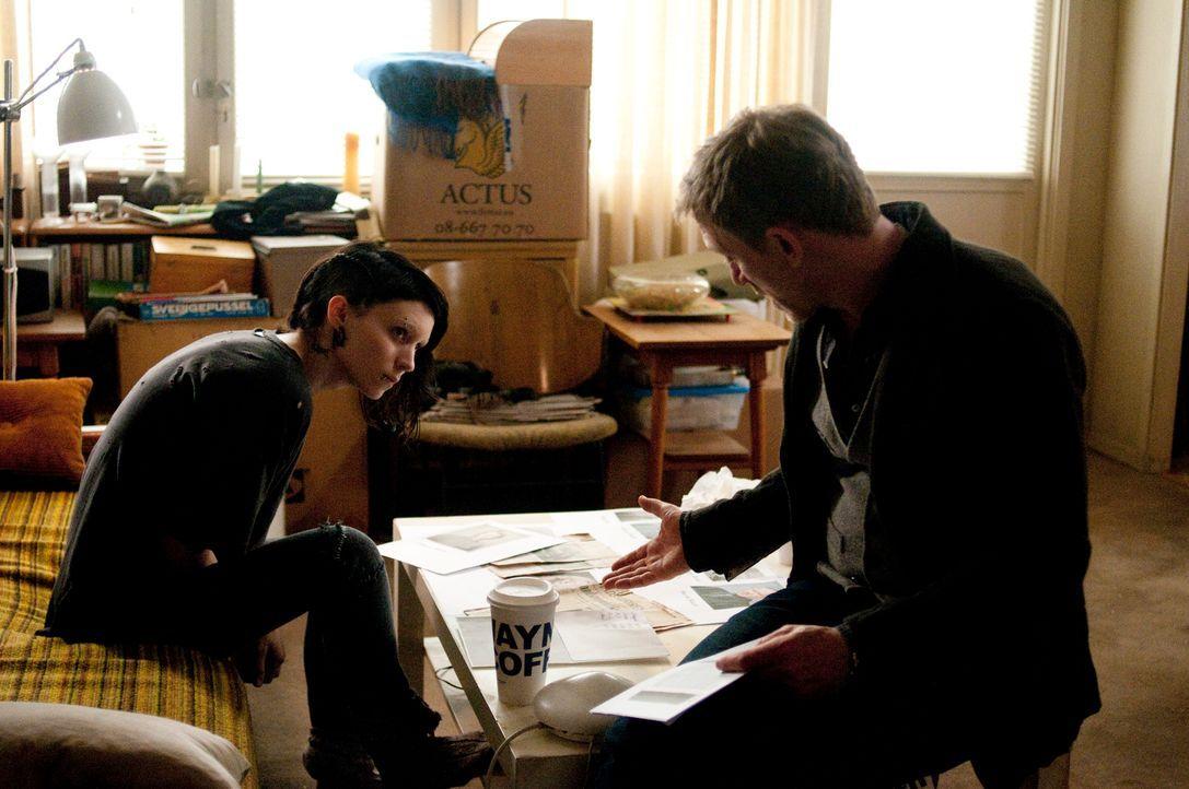 Gemeinsam mit der jungen Hackerin Lisbeth Salander (Rooney Mara, l.) rollt der Journalist Mikael Blomkvist (Daniel Craig, r.) den Fall der vor 40 Ja... - Bildquelle: Sony Pictures Television Inc. All Rights Reserved.