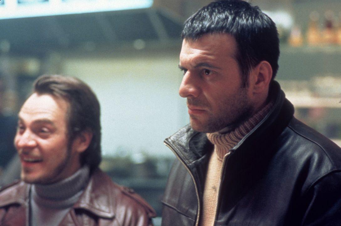 Gangster Dris (Samuel Le Bihan, r.) will sein Leben ändern, doch das Schicksal hält andere Pläne bereit ... - Bildquelle: Sony Pictures Television International. All Rights Reserved.