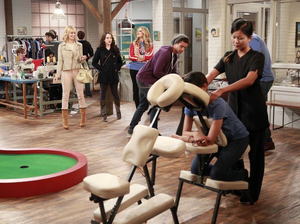 Auf der Suche nach der passenden Produktionsfirma für ihre T-Shirts treffen Caroline (Beth Behrs, l.) und Max (Kat Dennings, 2.v.l.) auf die überaus... - Bildquelle: Warner Bros. Television