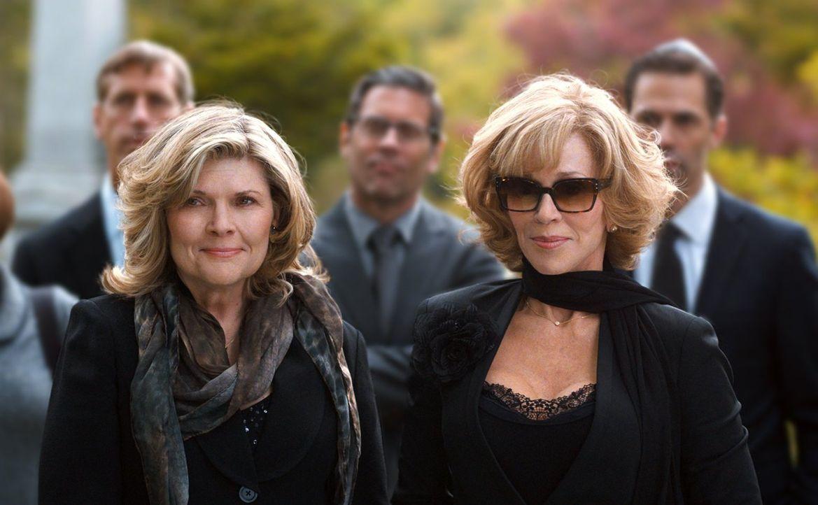 Als Hilarys (Jane Fonda, r.) Mann plötzlich verstirbt, hilft ihr Freundin Linda (Debra Monk, l.) mit ihrer Trauer umzugehen ... - Bildquelle: 2014 Warner Brothers
