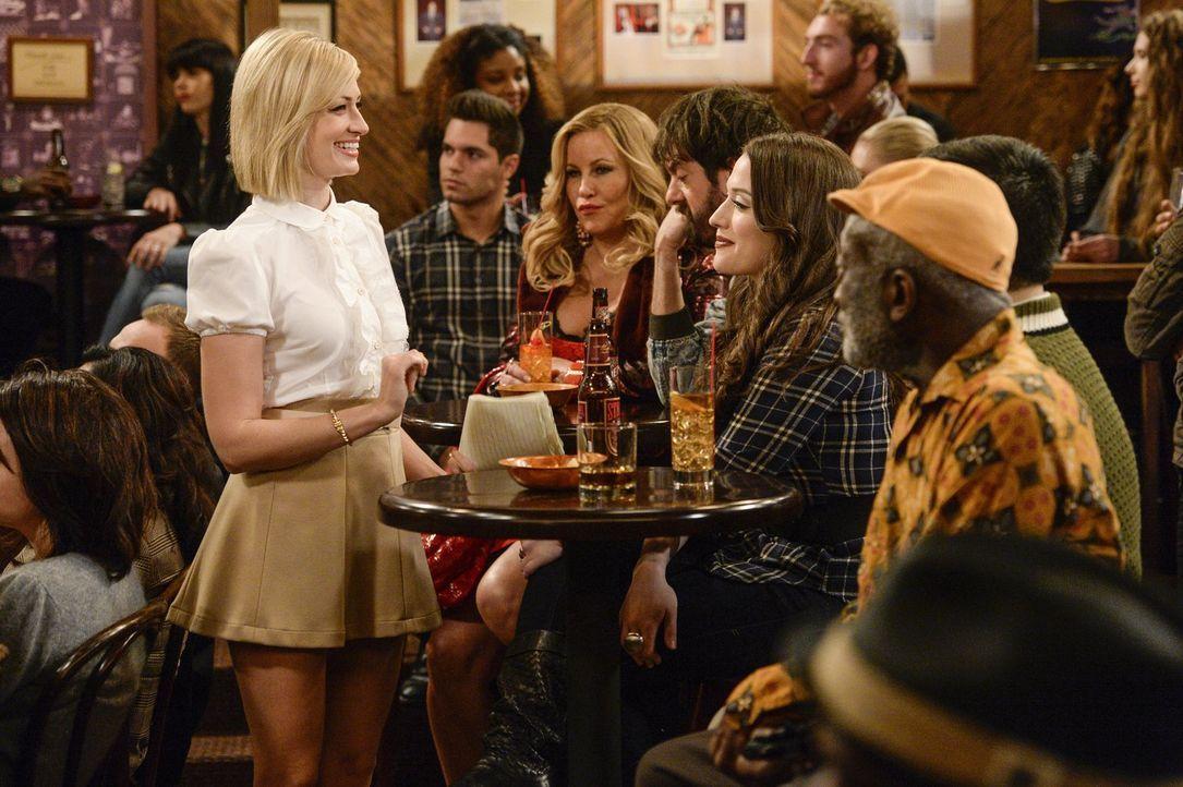 Ein ganz besonderer Abend wartet auf Max (Kat Dennings, 2.v.r.) und Caroline (Beth Behrs, l.) mit Sophie (Jennifer Coolidge, 2.v.l.), Oleg (Jonathan... - Bildquelle: 2016 Warner Brothers