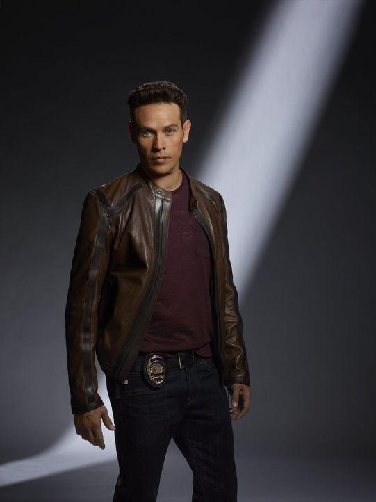 (2. Staffel) - Nachdem er sich auf einen Deal eingelassen hat, wird Dan (Kevin Alejandro) zum Hilfssheriff degradiert und muss ausgerechnet Chloe un... - Bildquelle: 2016 Warner Brothers