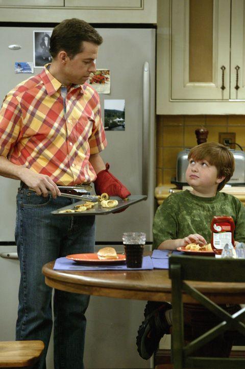 Alan (Jon Cryer, l.) versucht, Jake (Angus T. Jones, r.) beizubringen, dass es besser ist die Hausaufgaben schon Freitagabends zu machen, damit er d... - Bildquelle: Warner Brothers Entertainment Inc.