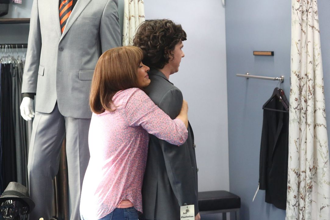 Frankie (Patricia Heaton, l.) geht stolz mit Axl (Charlie McDermott, r.) zum Anzug kaufen. Läuft dort wirklich alles, wie erhofft? - Bildquelle: Warner Bros.