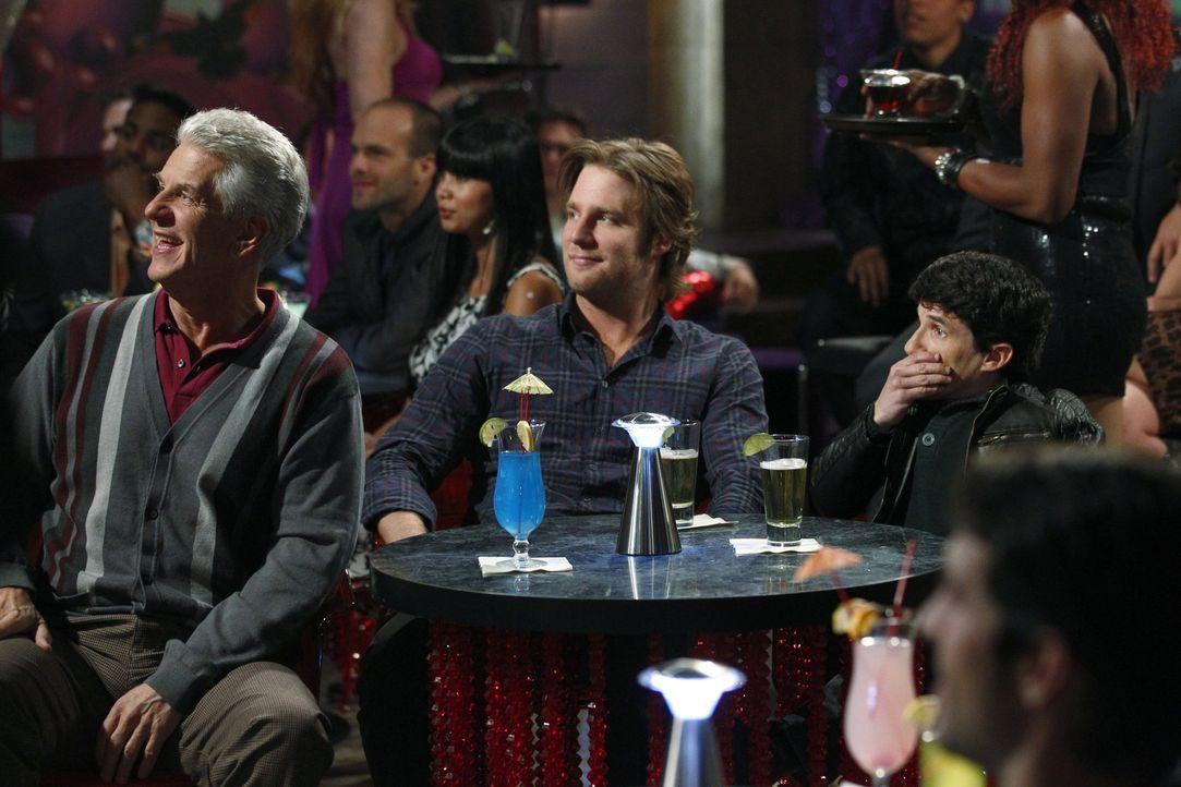 Melvin (Lenny Clarke, l.) glaubt, dass die Zeit für neue Dates gekommen ist. Rick (Jake McDorman, M.) und Todd (Mark Povinelli, r.) sollen ihn in e... - Bildquelle: Warner Bros. Television