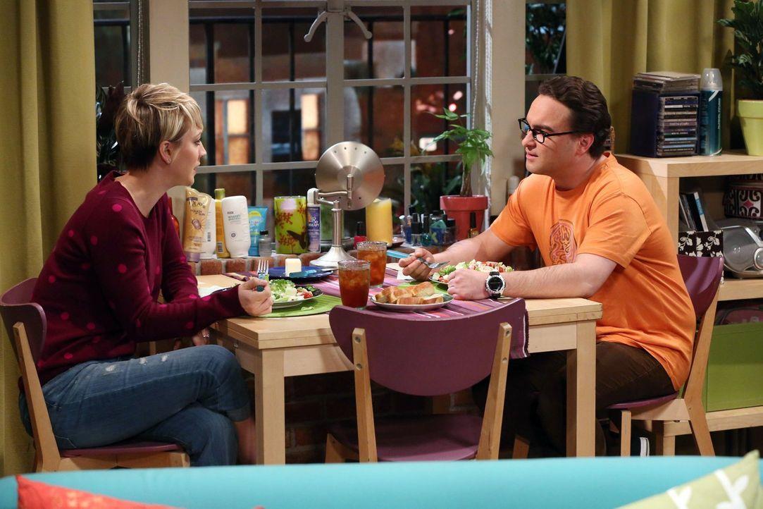 Während Penny (Kaley Cuoco, l.) einen Abend mit Bernadette und Amy plant, veröffentlicht Leonard (Johnny Galecki, r.) gemeinsam mit Sheldon einen ph... - Bildquelle: Warner Bros. Television