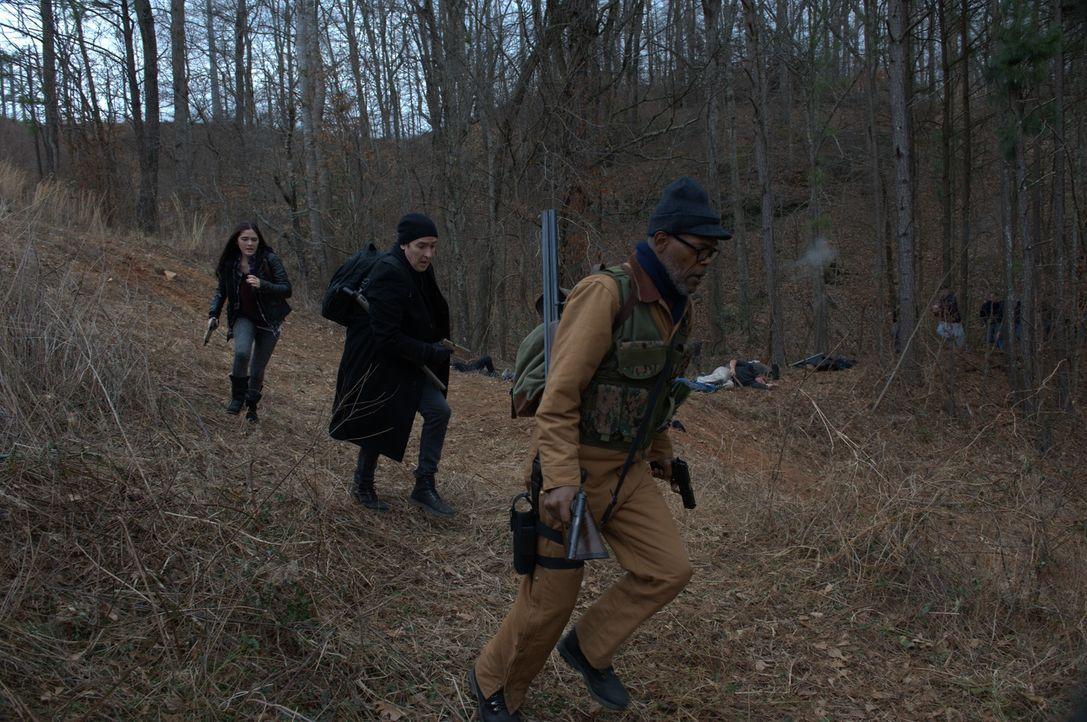 Als sich die Smartphone-Zombies immer weiterzuentwickeln scheinen, wird es für die Überlebenden Alice (Isabelle Fuhrman, l.), Clay (John Cusack, M.)... - Bildquelle: Richard Foreman 2014 CELL Film Holdings, LLC ALL RIGHTS RESERVED.