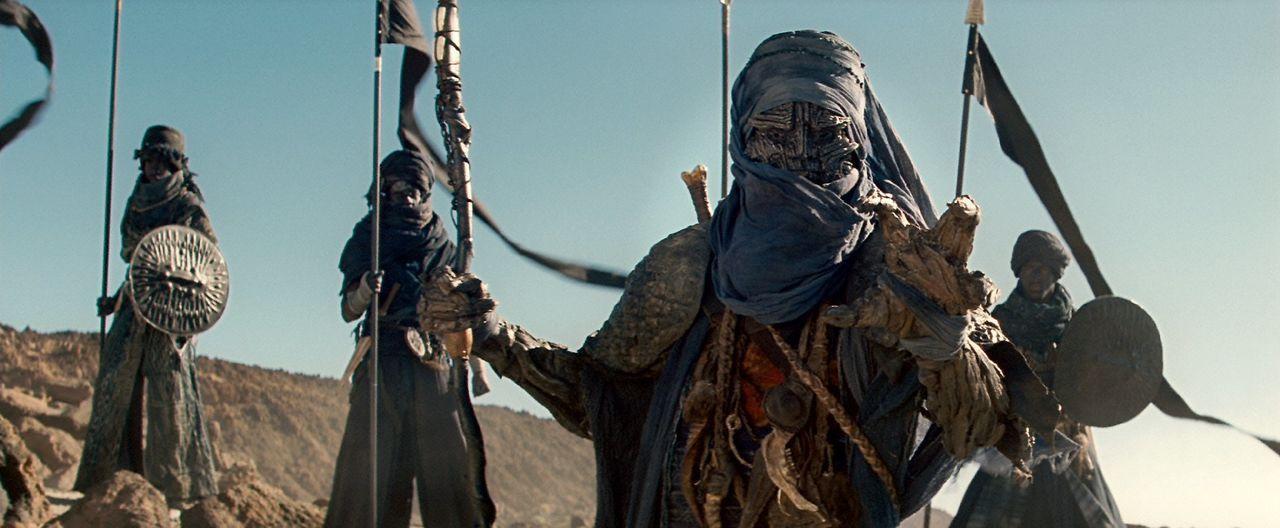 Sind Scheich Suleiman (Ian Whyte) und seine Wüstenzauberer Freunde oder Feinde? - Bildquelle: 2010 Warner Bros.