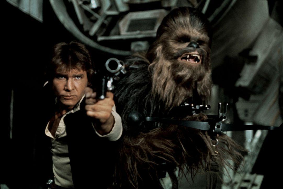 Der Pilot Han Solo (Harrison Ford, l.) und sein Co-Pilot Chewbacca (Peter Mayhew, r.) machen sich auf, die Gerechtigkeit wiederherzustellen ... - Bildquelle: Lucasfilm LTD. & TM. All Rights Reserved.