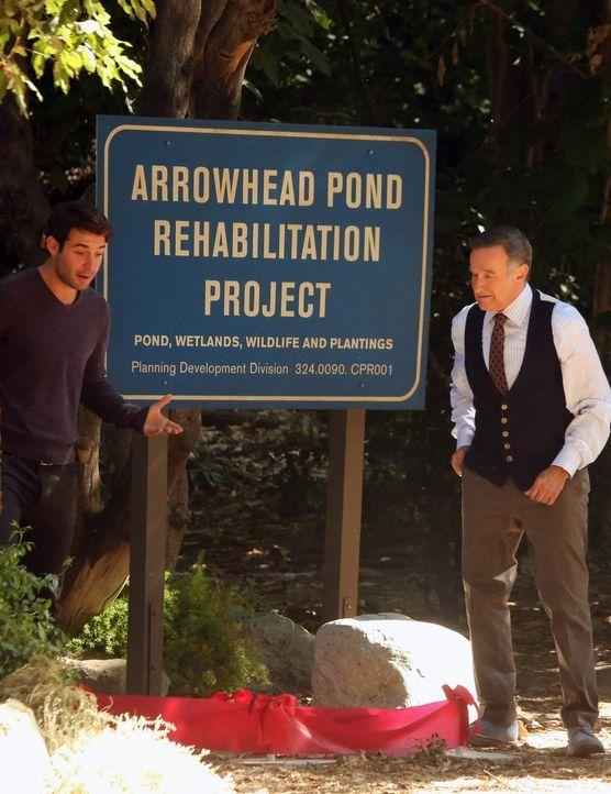 Zach (James Wolk, l.) wird eifersüchtig, als Simon (Robin Williams, r.) Andrew darum bittet, sich um eine Familie von Entchen zu kümmern ... - Bildquelle: 2013 Twentieth Century Fox Film Corporation. All rights reserved.