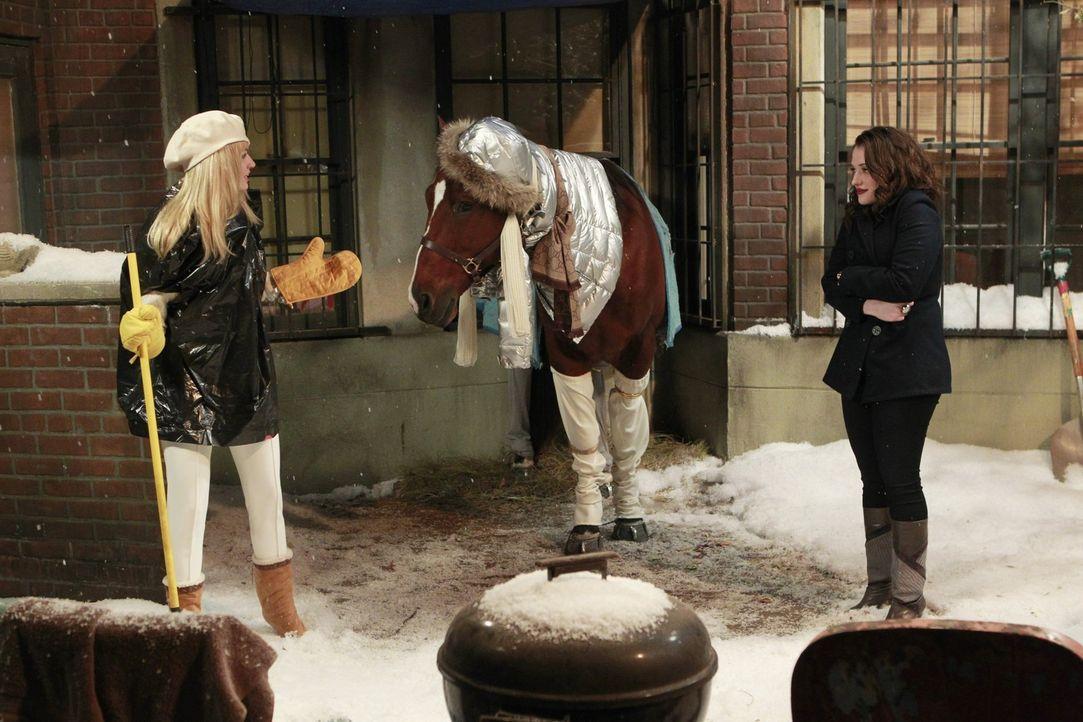 Nach dem überraschenden Wintereinbruch stehen Max (Kat Dennings, r.) und Caroline (Beth Behrs, l.) vor einem Problem: Sie müssen Carolines Pferd C... - Bildquelle: Warner Brothers