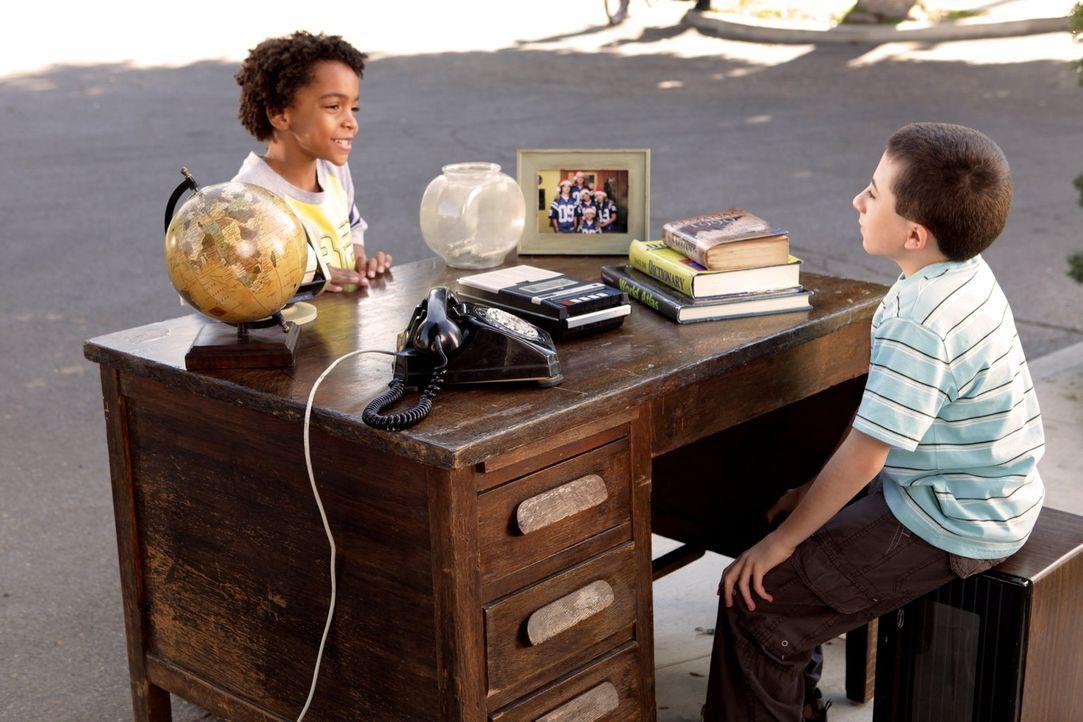 Brick (Atticus Shaffer, r.) verdient Geld damit, anderen Kindern in der Nachbarschaft Fragen zu beantworten. Doch dann kommen Fragen auf, die auch d... - Bildquelle: Warner Brothers