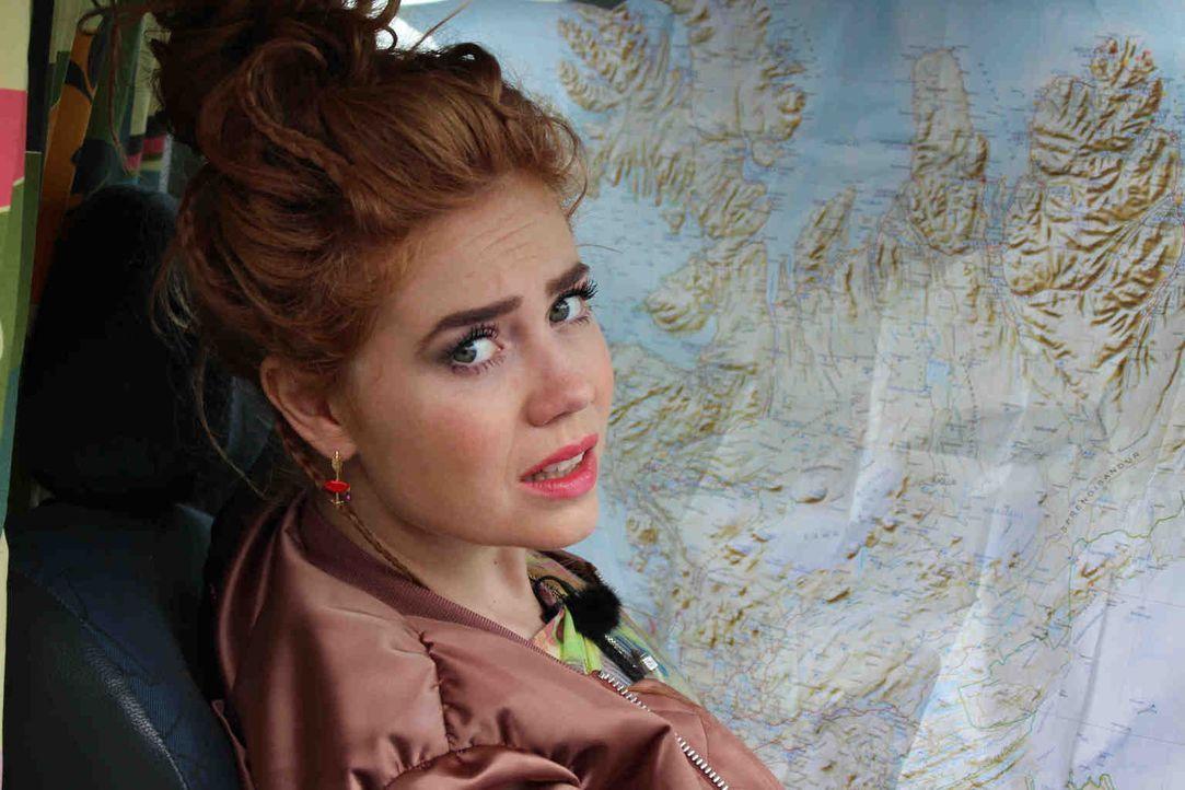 """Nur mit einer altmodischen Landkarte ausgestattet, macht sich Moderatorin Palina Rojinski auf den Weg in ihr """"Offline""""-Abenteuer in Island. Einfach... - Bildquelle: ProSieben"""