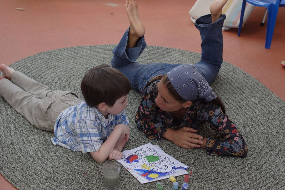 Kristen (Gabrielle Anwar, r.) liebt ihren Sohn Mark (Joshua Friesen, l.) über alles. Eines Tages nimmt ihn ihr getrennt lebender Ehemann Mark trotz... - Bildquelle: Christopher Filmcapital